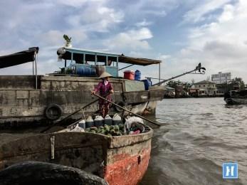 Tàu chở nông sản về đất liền ở Chợ Nổi Cái Răng