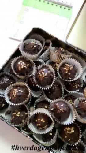 Hjemmelaget konfekt i form av oreokuler til jul