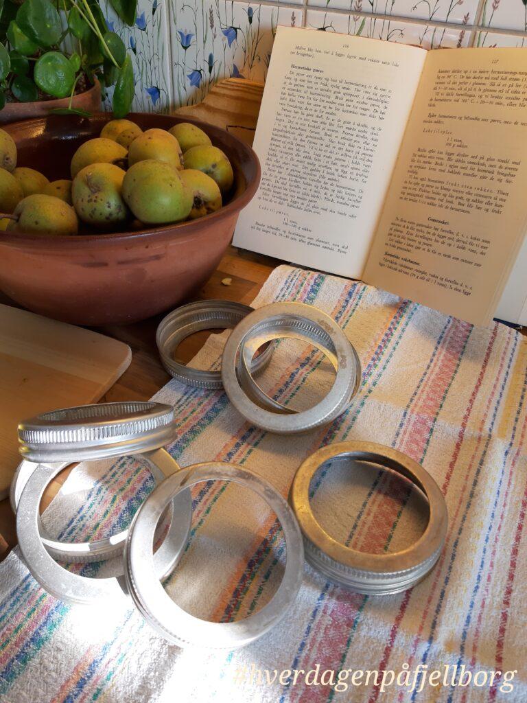 Hermetiske pærer: Pærer kokes møre i lake