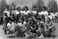 1978 - Plantenhoek-Foreholte kampioen op ons nieuwe handbalveld. Staand v.l.n.r.: Wim Geerlings, Carla v.d. Zalm, Lenie Hoek, Jet Verdegaal, Annemieke de Bruin, Karin Zonneveld en Marian Mens. Zittend v.l.n.r.: Hanny Boskamp, Elly Hoek, Nel Geerlings, Lia van Kesteren, Henriëtte Langeveld en voorzitter Jan v.d. Geest.