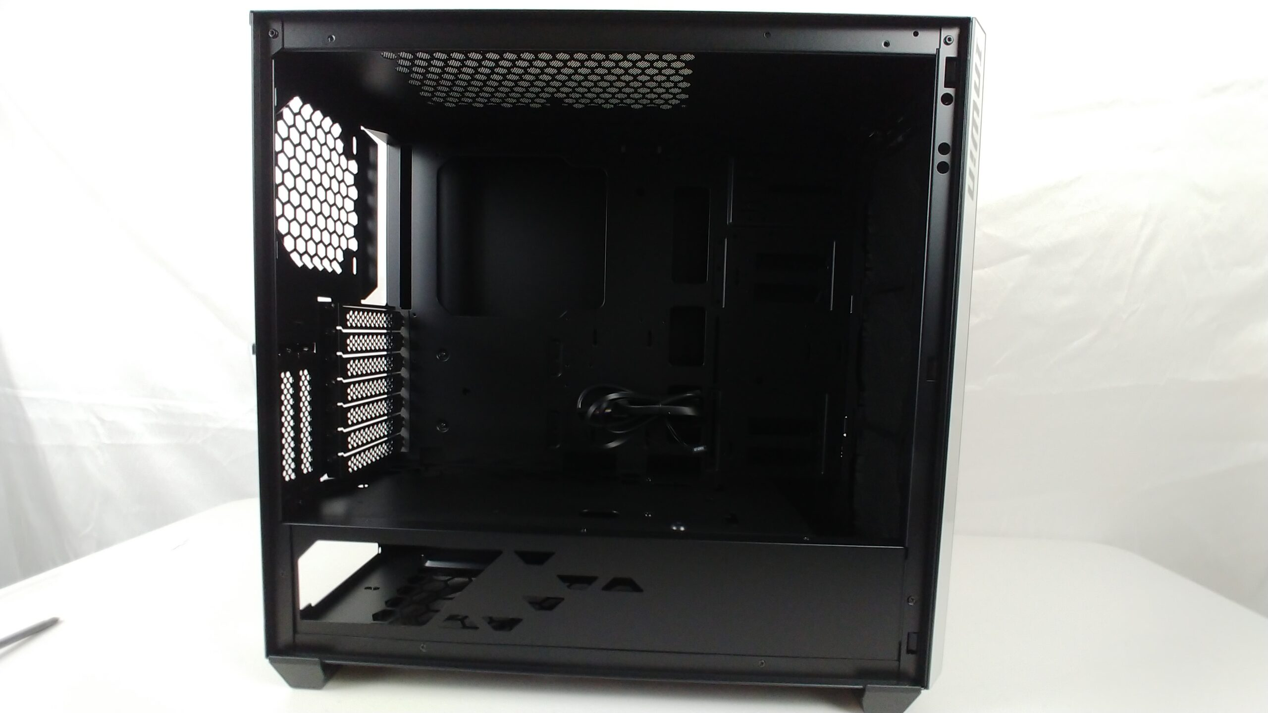 Side angled view of the InWin 216 without the tempered glass.