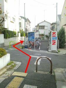 駐輪場の横の路地を進みます
