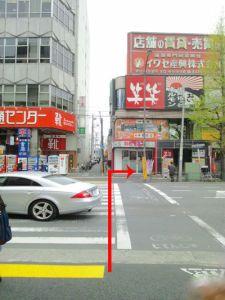 2a出口、青梅街道を渡って右に曲がります