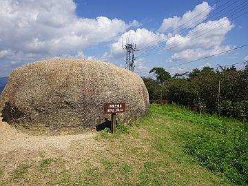 テレビ塔跡に置かれた大岩