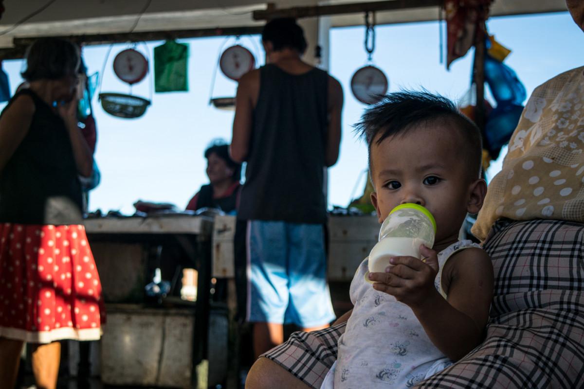 Na trhu si polakotí naozaj každý...malý chlapček a jeho olovrant