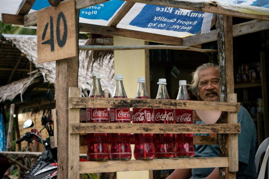 Benzín sa predáva vo fľaškách od Coca Coly...40 PHP (80 centov) za liter