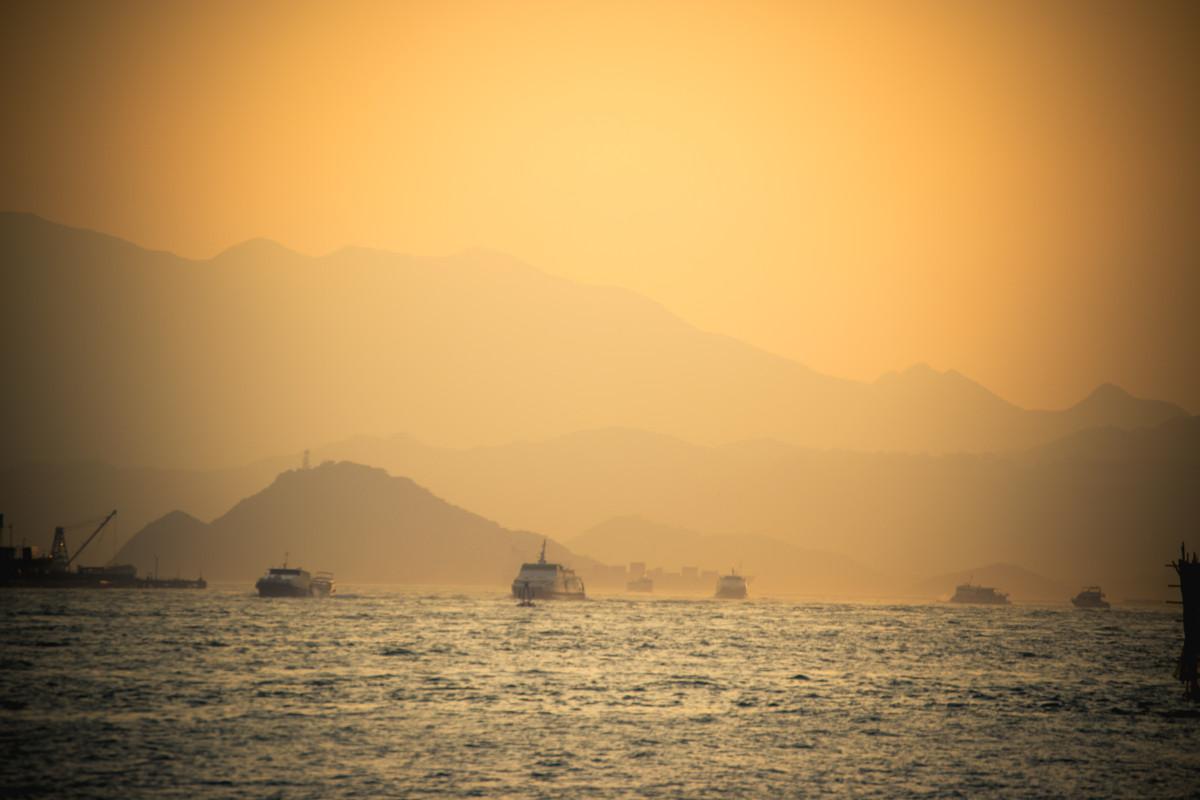 Výhlad z prístavu Hong Kongu pred západom slnka