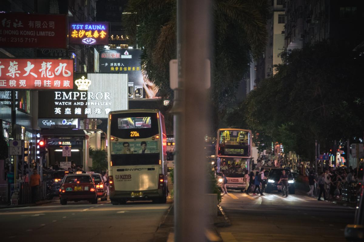 večerný Hong Kong