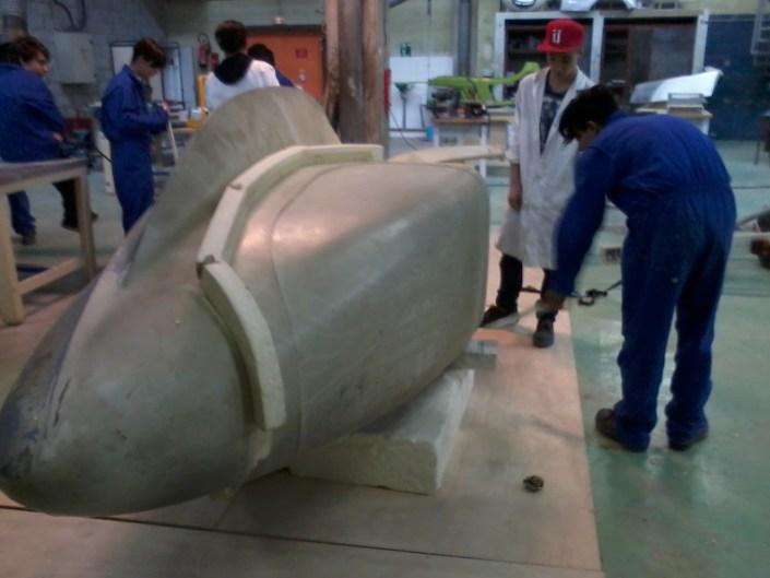 travail sur le flanc du moule de l'hydravion