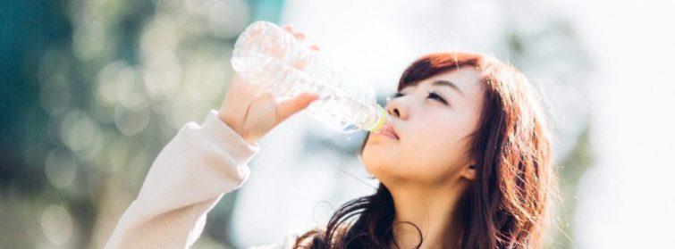 水素水を飲む