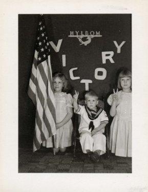 """Hylbom Christmas card 1942, photo 1 """"V for Victory"""""""
