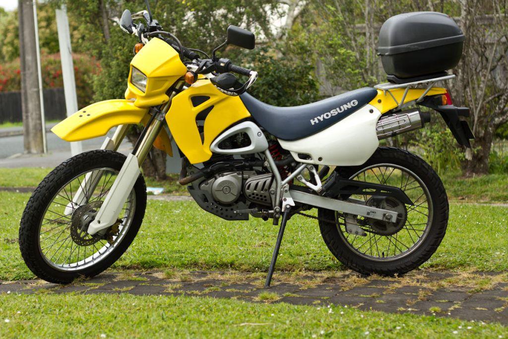1200px-Hyosung_XRX125_motorcycle_2001