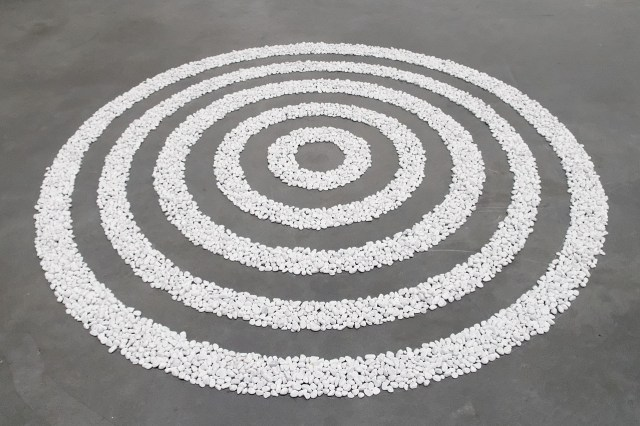 1280px-Small_White_Pebble_Circles_Long_Tate_Modern_T07160
