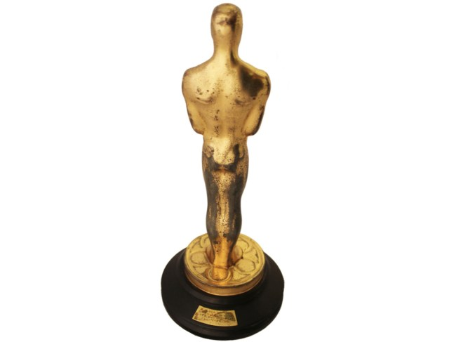 Oscar turning its back (via extravaganzi.com)