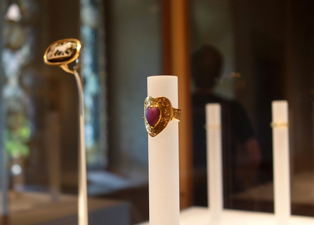 """Gothic love ring, inscribed """"Corte Porta Amor"""" (""""The Heart Brings Love to You"""") (Italian, 14th century), gold, ruby"""