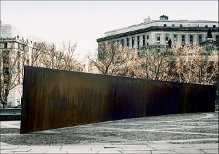 """Richard Serra, """"Tilted Arc"""" (1981) (photo by US General Services Administration, via Wikimedia Commons)"""