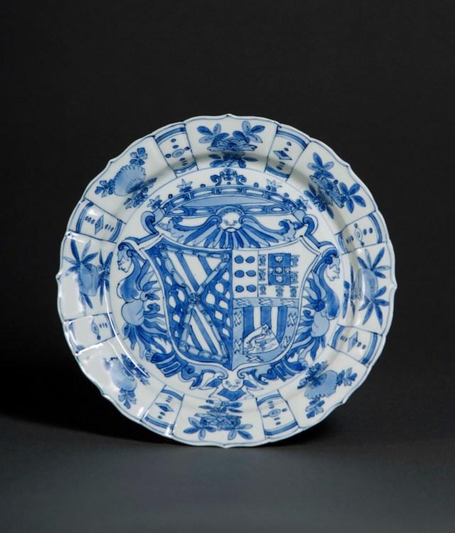 Plate with the arms of García Hurtado de Mendoza y Manrique and Teresa de Castro y de la Cueva (1588-1593), porcelain with underglaze blue decoration (Thomas Lurie Collection, courtesy Museum of Fine Arts, Boston)