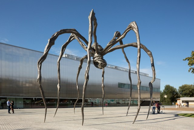 Louis Bourgeois's Maman (1999) in front of the Garage Museum (photo by Egor Slizyak, courtesy Garage)