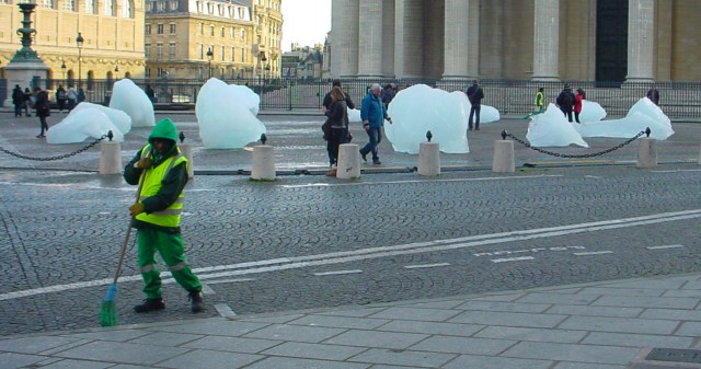 Olafur Eliasson's 'Ice Watch Paris' (photo by the author for Hyperallergic)