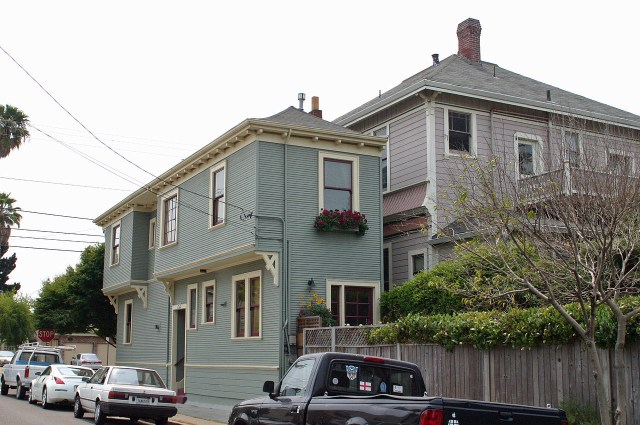 Spite House of Alameda, California in 2008 (photo by Elf/Wikimedia)