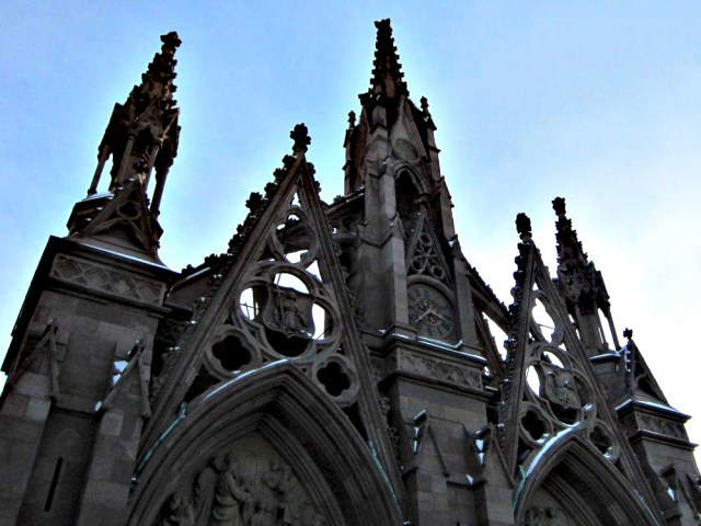 Gate of Green-Wood Cemetery in Brooklyn (photo by the author for Hyperallergic)
