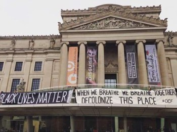 Black Lives Matter joins the Decolonial Cultural Front outside the museum (via @izzynastasia)