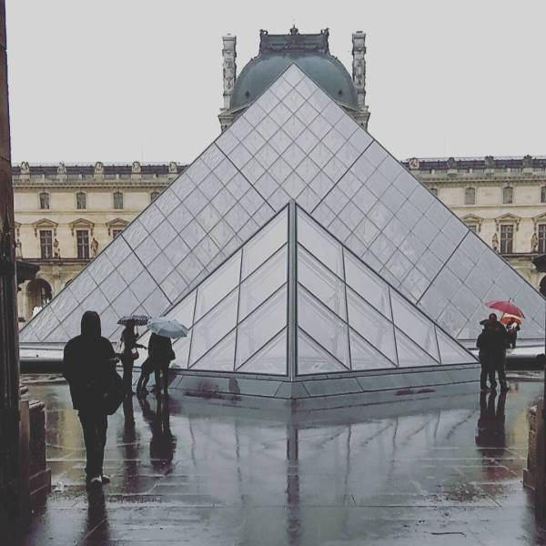 Louvre And Mus 'orsay Shut Seine River