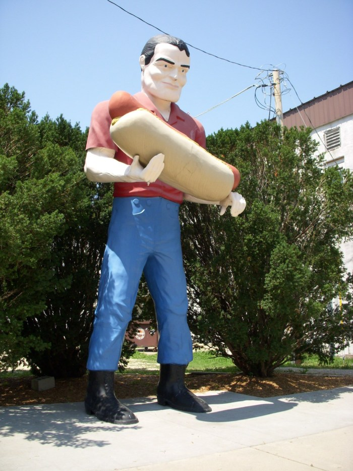 A muffler man holding a hot dog in Illinois (photo by Maggie/Flickr)