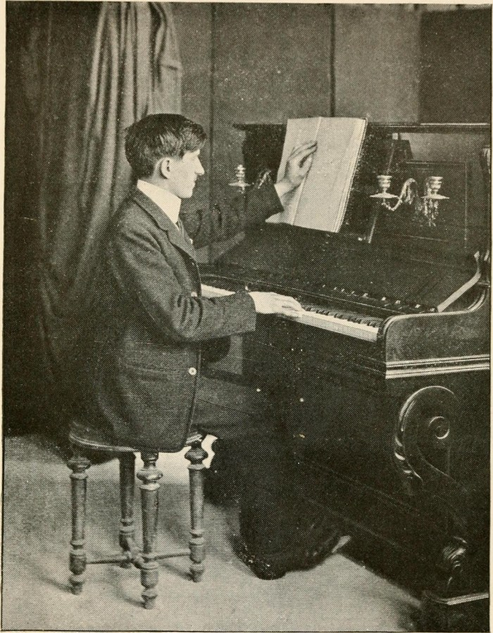 A pianist playing with one hand and reading Braille with another (1917) (via La Bibliothèque des Aveugles/Wikimedia)