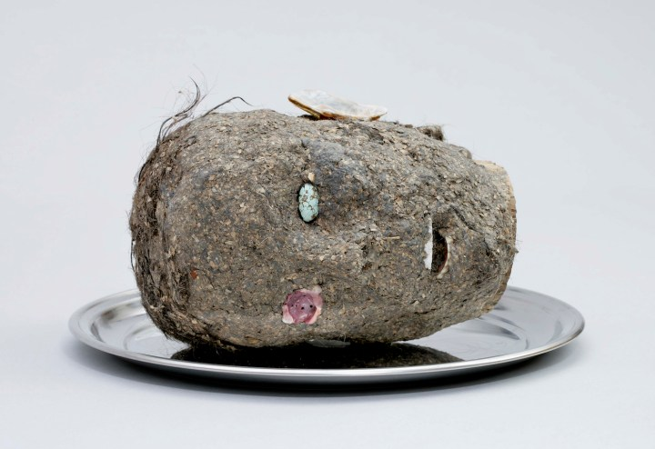 """Jimmie Durham, """"Head"""" (2006), wood, papier-mâché, hair, seashell, turquoise, metal tray, 10 x 16 x 16 in, Fondazione Morra Greco, Naples, Italy (courtesy of kurimanzutto, Mexico City)"""