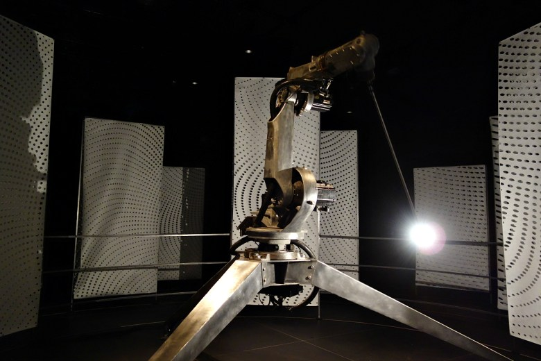 """Conrad Shawcross,"""" In Light of The Machine,"""" kinetic installation (photo by the author for Hyperallergic)"""