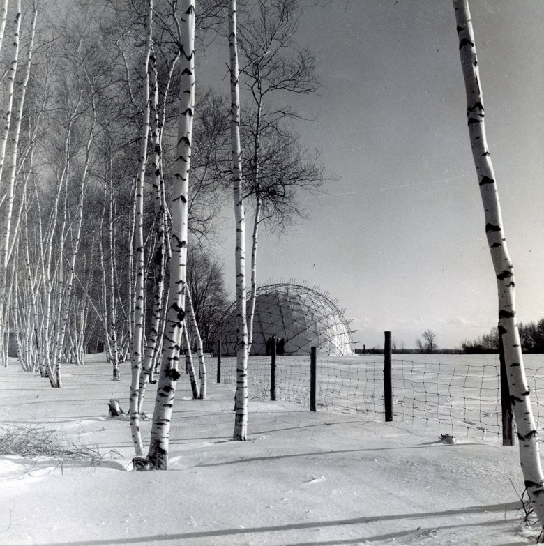 Geodesic dome Weatherbreak, assembled in Baie d'Urfé, QC (December 1950) (Jeffrey Lindsay/Fuller Research Foundation Canadian Division, photo by Jeffrey Lindsay, courtesy Canadian Architectural Archives, the University of Calgary)