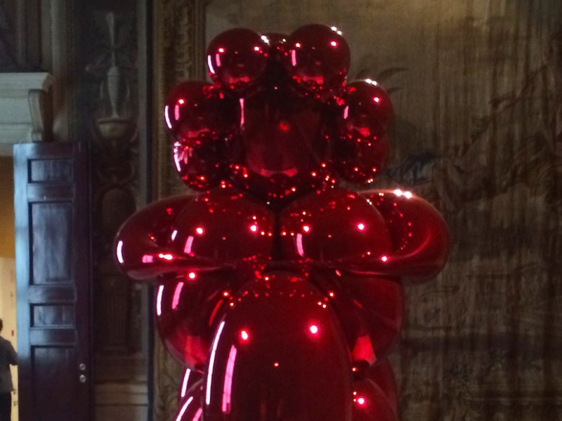 """Jeff Koons, """"Balloon Venus (Red)"""" (2008–12), in The Great Mother (2015) at Milan's Palazzo Reale (photo by the author for Hyperallergic)"""
