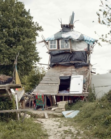 One of the houses in the ZAD (photo by Bstroot56, via Wikimedia Commons)