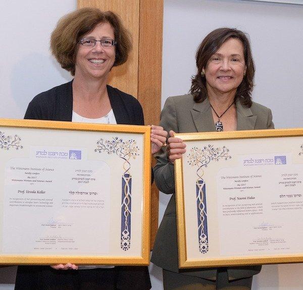 Prof. Dr. Ursula Keller (left) and Prof. Naomi Halas (right) receiving the 2017 Weizmann women and science award.