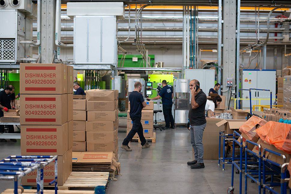 People palletizing boxes manually in a manufacture