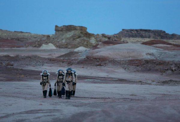 Membros da equipe retornam após um longo dia de trabalho com as amostras geológicas para estudo que recolheram