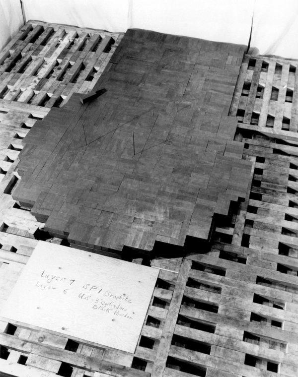 CP-1 durante sua montagem. A fotografia mostra a sétima camada de blocos de grafite e as bordas da 6ª camada