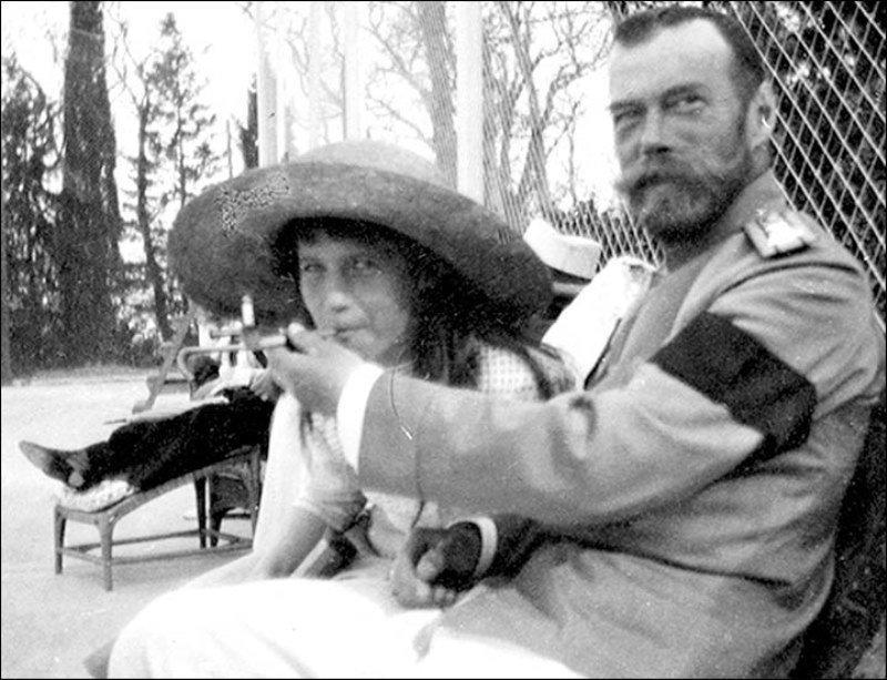 O Czar Nicolau II permite que sua filha, a grã-duquesa Anastasia, fume