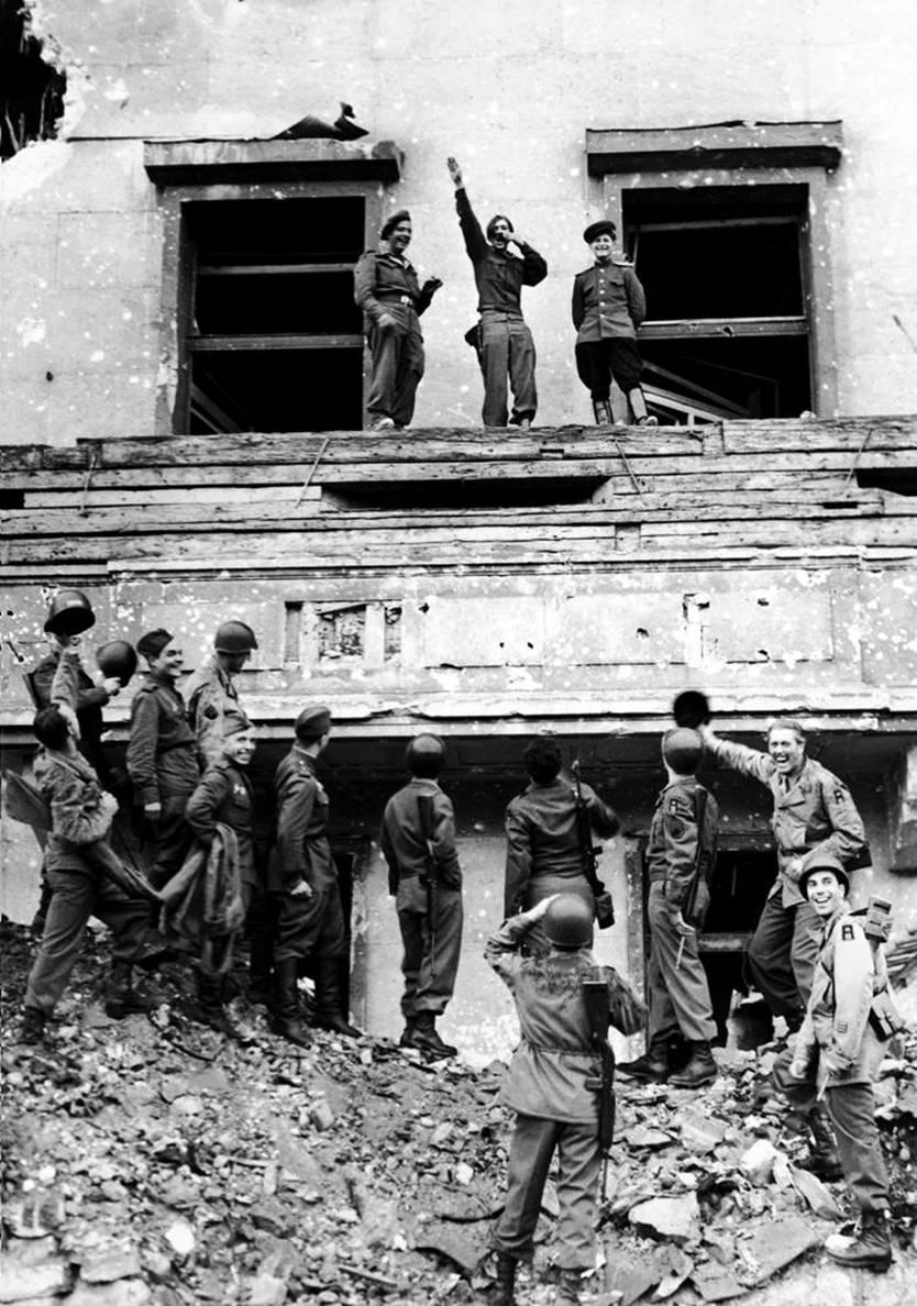 Forças aliadas zombam de Hitler do alto de sua varanda na Chancelaria do Reich, no final da Segunda Guerra Mundial