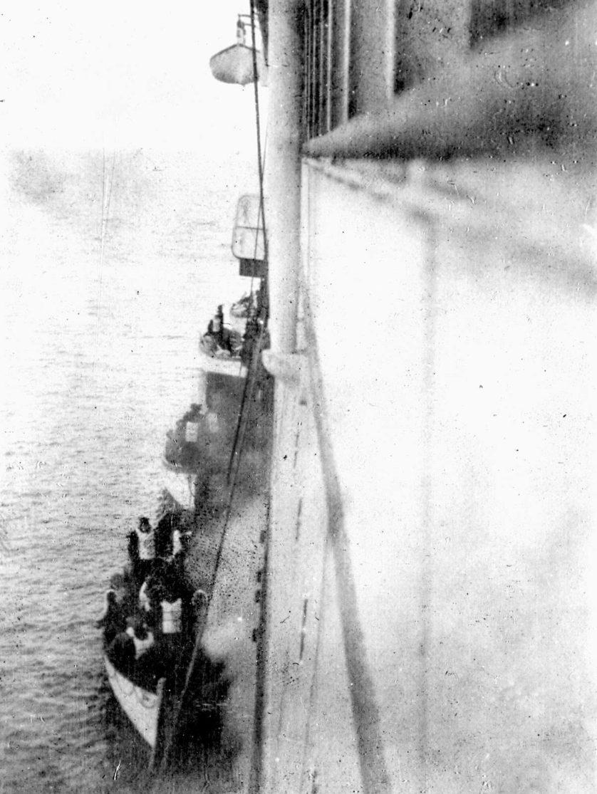 Sobreviventes do Titanic embarcam no Carpathia, em 1912