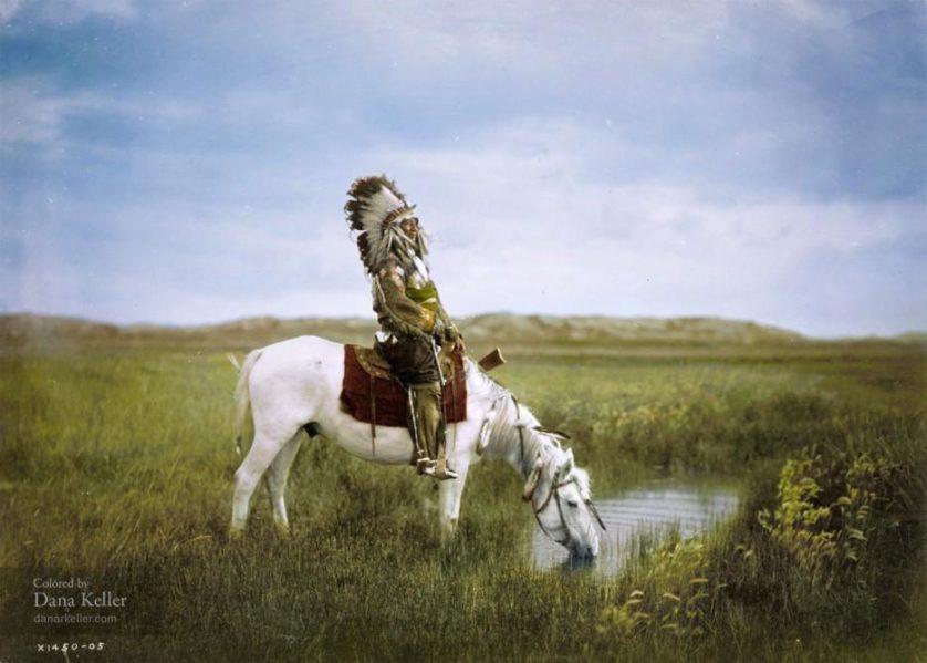 Falcão Vermelho, da tribo Oglala Sioux, a cavalo, 1905