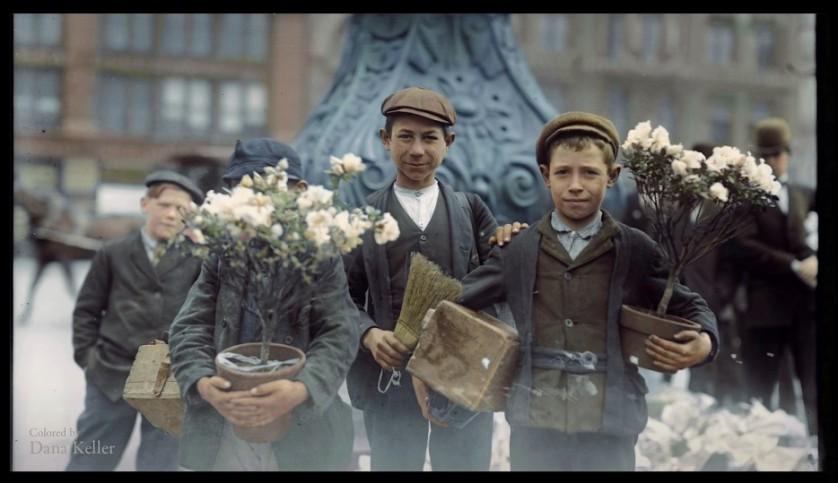 Meninos compram flores em 1908