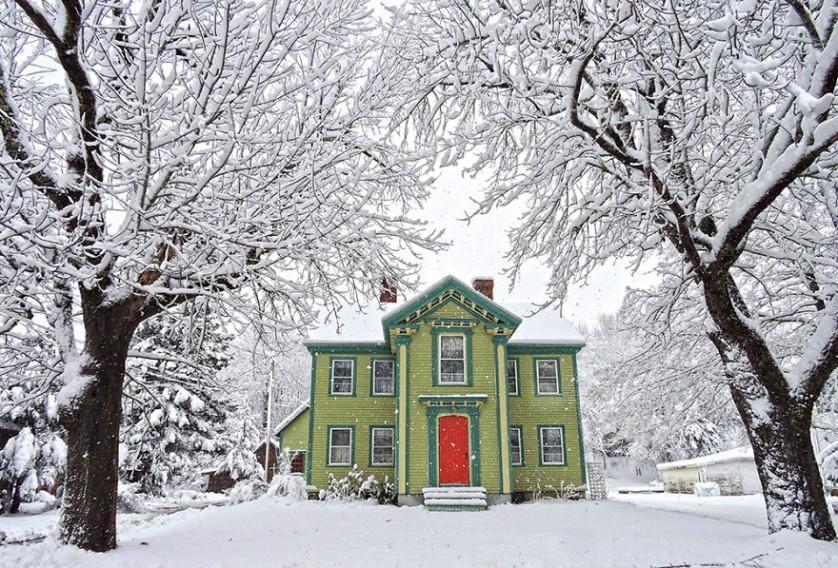 casas-solitarias-cobertas-de-neve-11