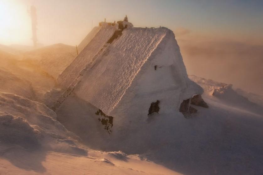 casas-solitarias-cobertas-de-neve-17