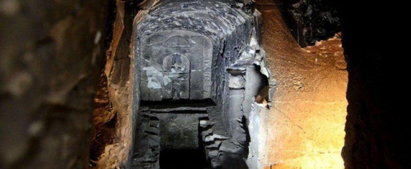 La statua Osiris presso la tomba di Tebe, attuale Luxor