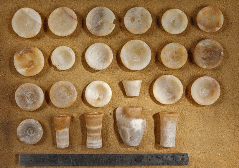 La tomba conteneva due dozzine fatto di calcare e di rame utensili