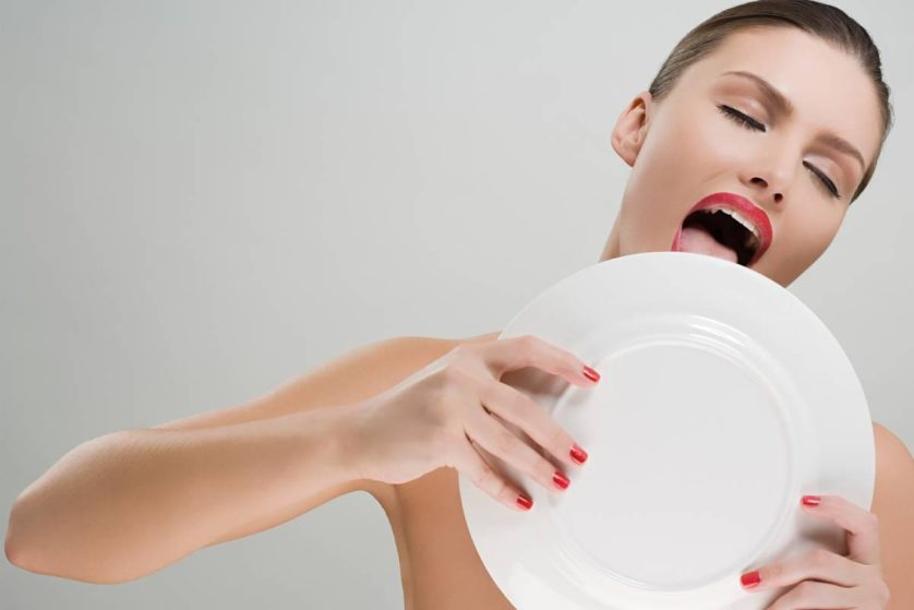 Donna che lecca una piastra