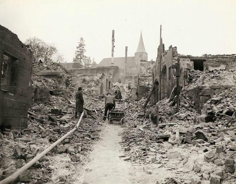 Civis alemães no meio de sua cidade.