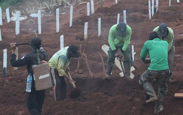 Pessoas anti-máscara são obrigadas a cavar sepulturas